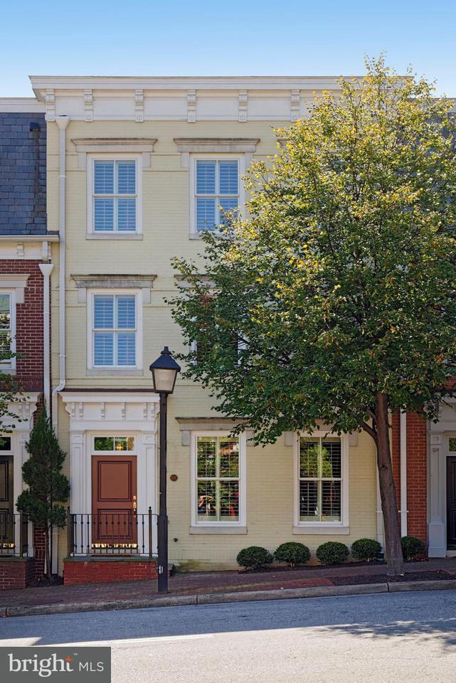 Casa unifamiliar adosada (Townhouse) por un Venta en 102 Franklin Street 102 Franklin Street Alexandria, Virginia 22314 Estados Unidos