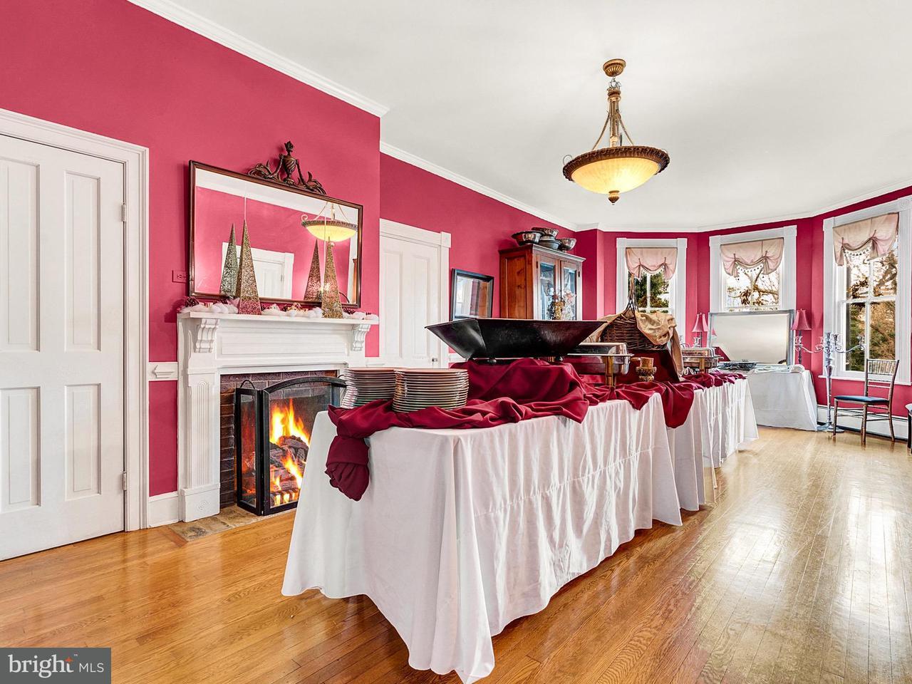 獨棟家庭住宅 為 出售 在 511 Falmouth Street 511 Falmouth Street Warrenton, 弗吉尼亞州 20186 美國