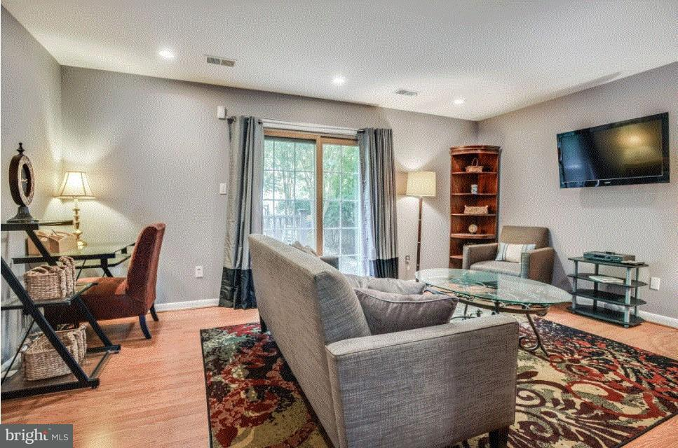 Additional photo for property listing at 508 WINDSOR AVE E #A 508 WINDSOR AVE E #A Alexandria, Virginia 22301 Verenigde Staten