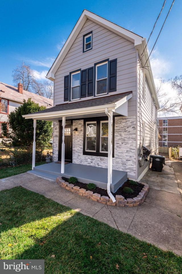 獨棟家庭住宅 為 出售 在 2427 GIRARD PL NE 2427 GIRARD PL NE Washington, 哥倫比亞特區 20018 美國