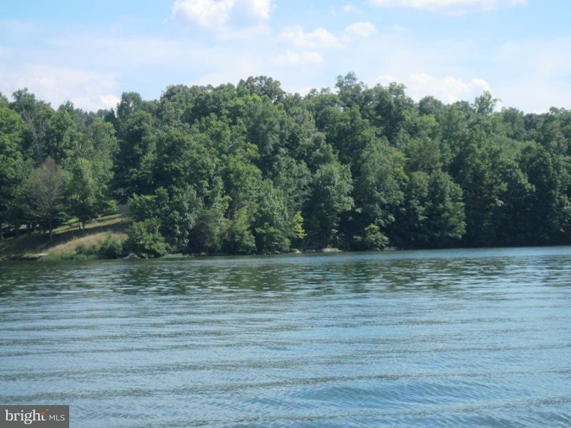 Maison unifamiliale pour l Vente à 853 ANNA COVES BLVD 853 ANNA COVES BLVD Mineral, Virginia 23117 États-Unis