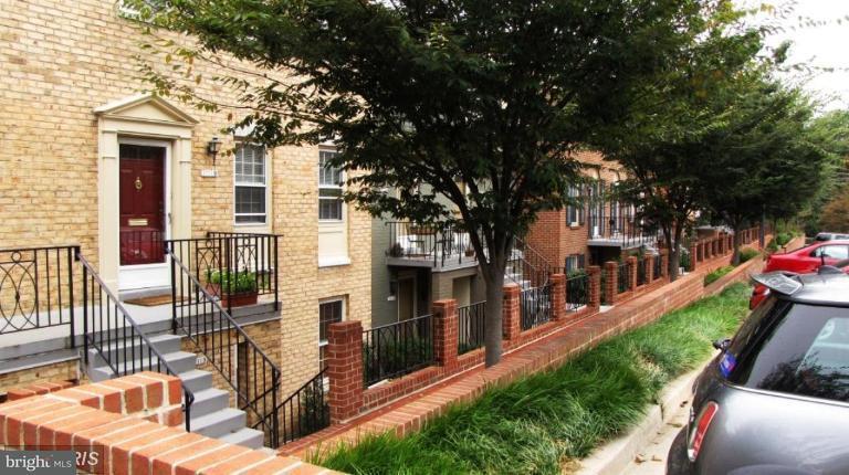多棟聯建住宅 為 出售 在 3211 SUTTON PL NW #C 3211 SUTTON PL NW #C Washington, 哥倫比亞特區 20016 美國
