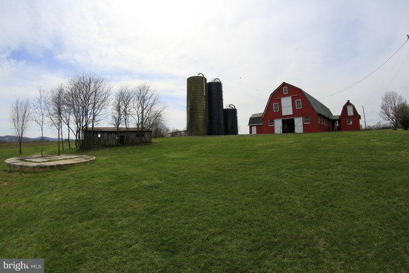 Ferme pour l Vente à 40950 Simpson Farm Lane 40950 Simpson Farm Lane Lovettsville, Virginia 20180 États-Unis