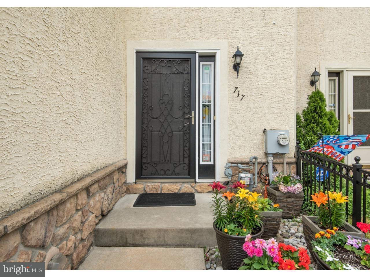 Maison accolée pour l Vente à 717 CEDAR Lane Norristown, Pennsylvanie 19401 États-Unis