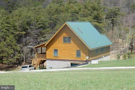 Maison unifamiliale pour l Vente à 2326 SHENANDOAH MOUNTIAN Road 2326 SHENANDOAH MOUNTIAN Road Mathias, Virginie-Occidentale 26812 États-Unis