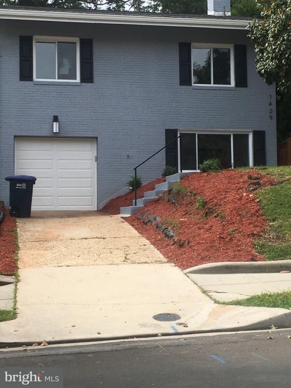 Частный односемейный дом для того Продажа на 1429 OTIS ST NE 1429 OTIS ST NE Washington, Округ Колумбия 20017 Соединенные Штаты