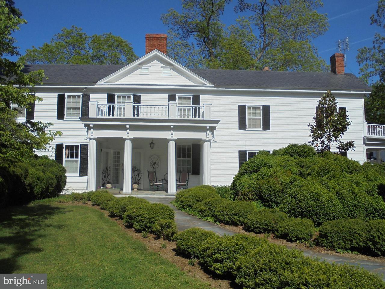 獨棟家庭住宅 為 出售 在 243 James River Road 243 James River Road Scottsville, 弗吉尼亞州 24590 美國