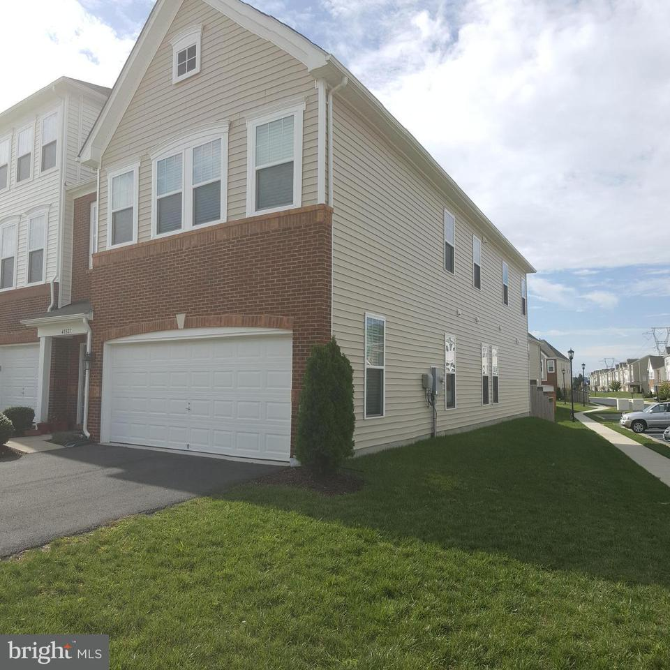 Townhouse for Sale at 41827 DIABASE SQ 41827 DIABASE SQ Aldie, Virginia 20105 United States
