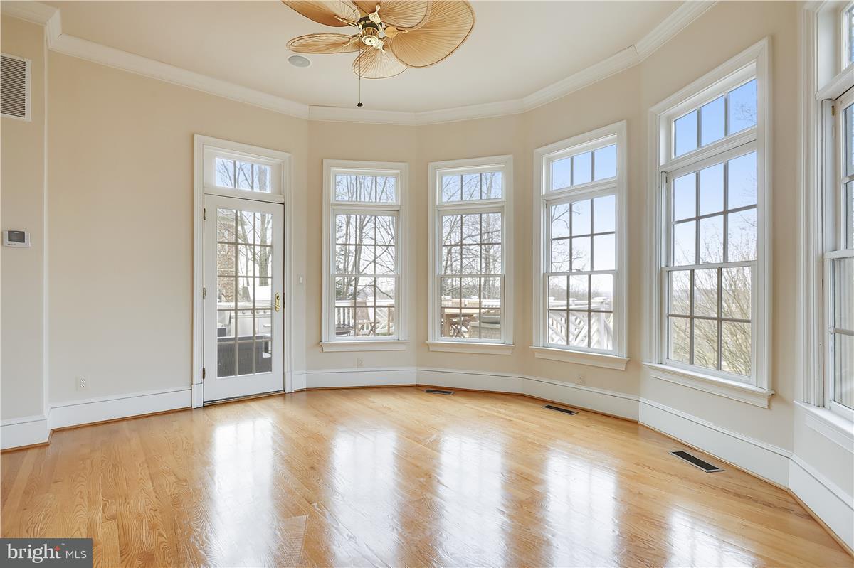 独户住宅 为 销售 在 11344 STONEHOUSE Place 11344 STONEHOUSE Place Sterling, 弗吉尼亚州 20165 美国