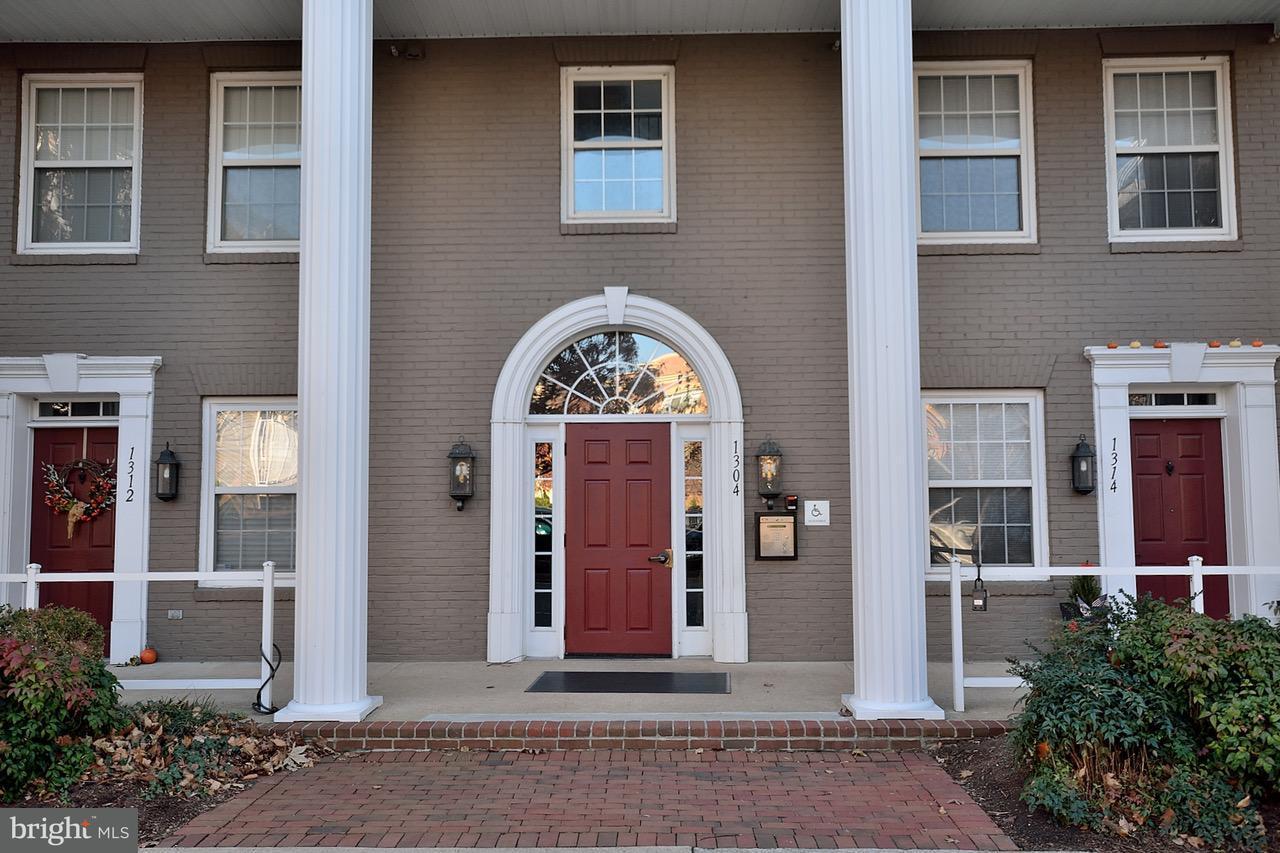 Condomínio para Venda às 1304 ROUNDHOUSE LN #504 1304 ROUNDHOUSE LN #504 Alexandria, Virginia 22314 Estados Unidos